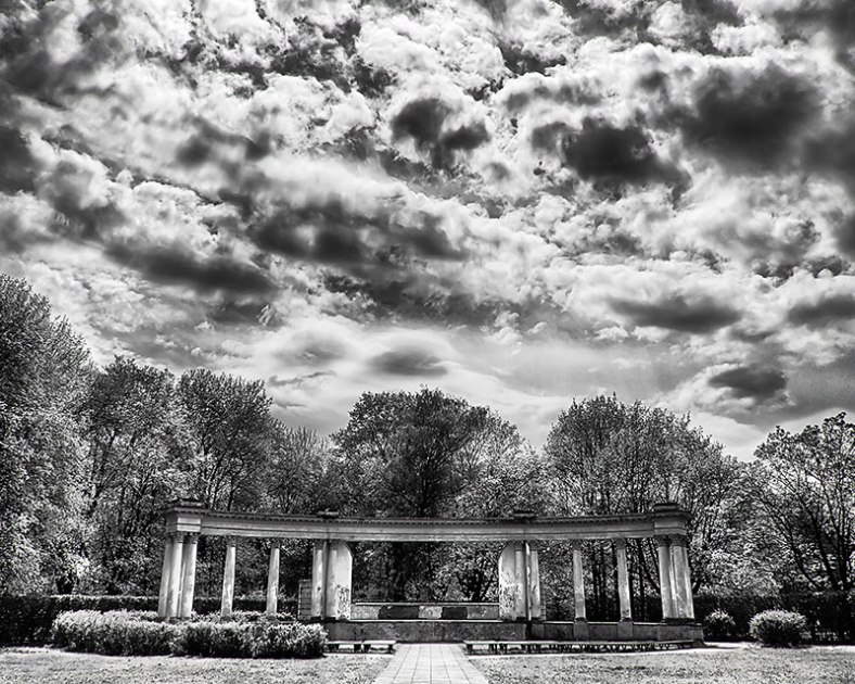 amptheater-in-park-HDR-BW