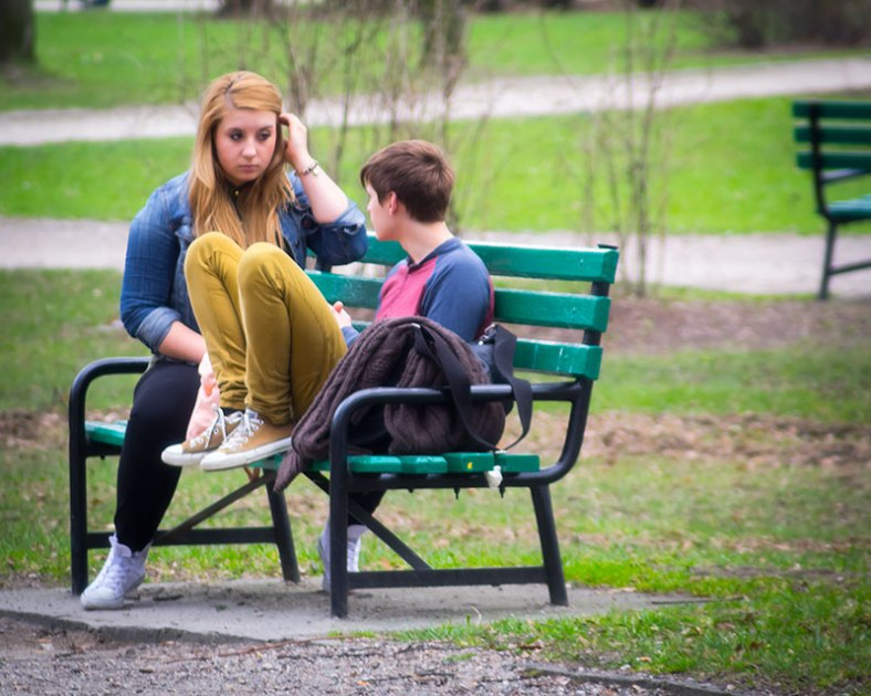 G-_photography_hd_talking-in-the-park